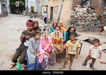 Eine indische Familie posiert für die Kamera in der Straße von Jaipur in Rajasthan, Indien - Stockfoto