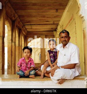 Familienleben in Jaisalmer in Rajasthan in Indien in Südasien. Vater-Großvater Liebe Pflege Mann Kinder Kindheit - Stockfoto
