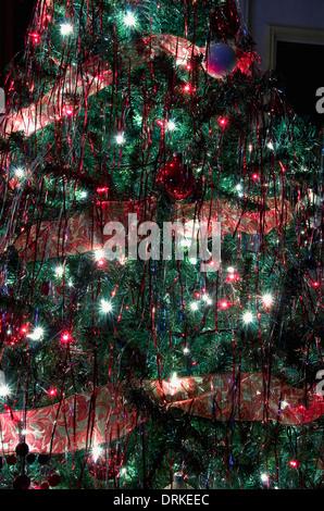Lichter und Dekorationen auf einem Weihnachtsbaum. - Stockfoto