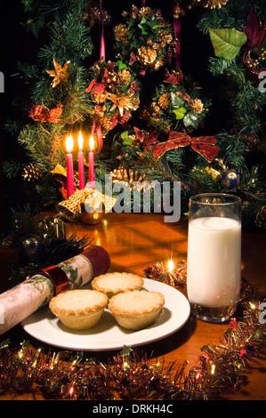 Mince Pies und ein Glas Milch ausgelassen für den Weihnachtsmann am Heiligabend - Stockfoto