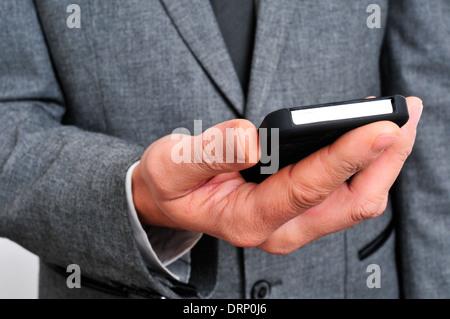ein Geschäftsmann mit einem smartphone - Stockfoto