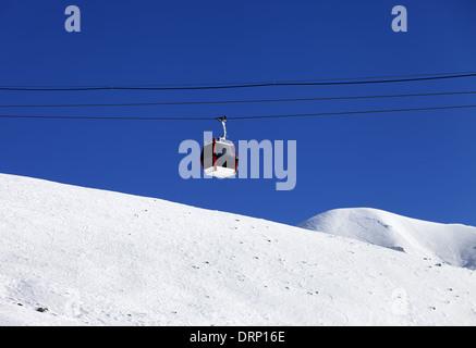 Gondel heben und off-Piste-Ski-Pisten. Skigebiet Gudauri, Georgia. Kaukasus-Gebirge. - Stockfoto