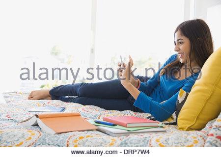 teenager m dchen mit einem mobiltelefon in einem remote standort am birchenfarbig rand peak. Black Bedroom Furniture Sets. Home Design Ideas