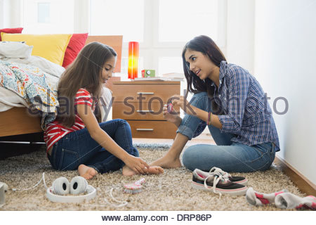 m dchen im teenageralter zehenn gel lackieren stockfoto bild 52221779 alamy. Black Bedroom Furniture Sets. Home Design Ideas