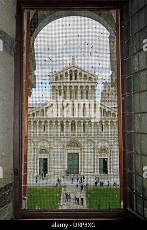 Der Dom von Pisa hinter das Gitter eines Fensters des Baptisteriums - Stockfoto