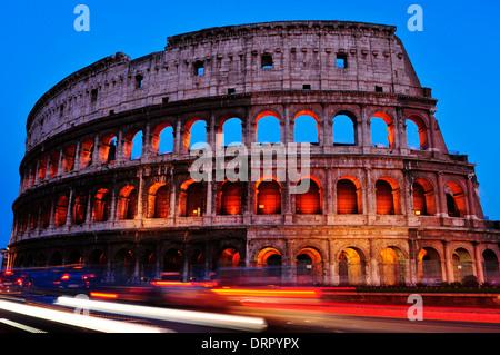 ein Blick auf die Flavian Amphitheater oder Kolosseum bei Sonnenuntergang in Rom, Italien - Stockfoto
