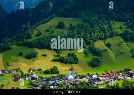 Schweizer Szene Kirche und Dorf Surrein in Mountain pass in der Region Graubünden, Schweiz - Stockfoto