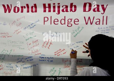 Quezon, Philippinen. 1. Februar 2014. Muslimischen und nichtmuslimischen Frauen unterzeichnet Zusagen zum Welttag - Stockfoto