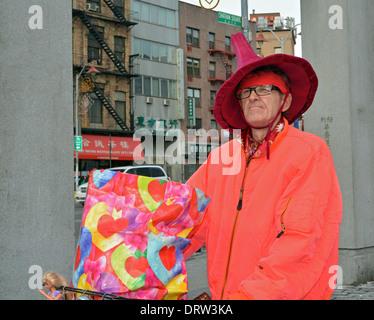 Porträt eines Mannes in einem besonderen Hut auf Pflanzung in Chinatown, Manhattan, New York City - Stockfoto