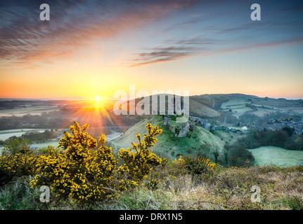 Sonnenaufgang mit Blick auf die Ruinen von Corfe Castle in Dorset - Stockfoto