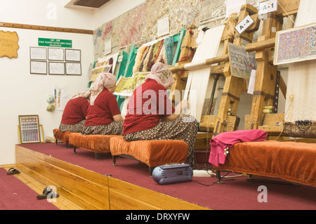 Asien, Türkei, Kappadokien, Avanos, Frauen bei der Arbeit in der Teppichweberei Fabrik - Stockfoto