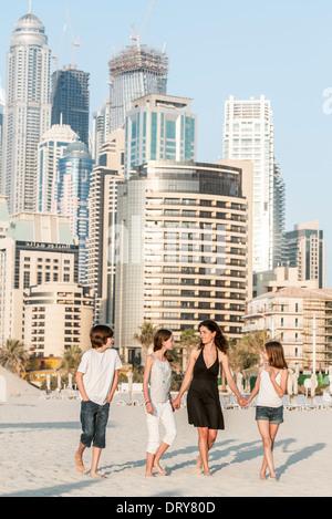 Familie zusammen spazieren am Strand, Dubai, Vereinigte Arabische Emirate - Stockfoto