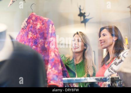 Frauen in Kleidung Ladengeschäft einkaufen - Stockfoto