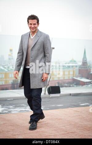 Moskau. Russland. 5. Februar 2014. Bradley Cooper stellt bei einem Fototermin auf dem Dach des Hotels Ritz-Carlton - Stockfoto