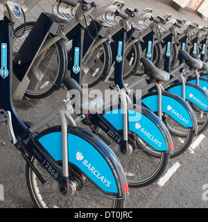 Barclays gesponsert London Boris Bikes im Dienstgrad geparkt. - Stockfoto