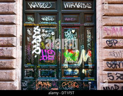 Graffiti gesprüht auf Türen in Trastevere, Rom, Italien.