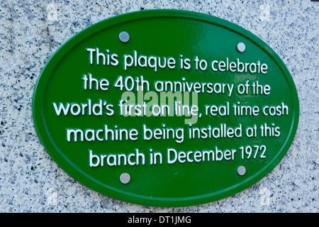 Wand-Plakette Aufnahme Welten zuerst auf Linie Echtzeit atm Geldautomaten Installation bei einer Lloyds Bank Niederlassung - Stockfoto