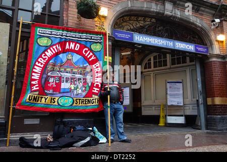 London, UK. 6. Februar 2014. Ein Arbeiter der Londoner Verkehr zeigt seine Missbilligung der deklarierten Kürzungen - Stockfoto