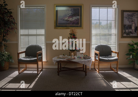 Sonneneinstrahlung durch Fenster im Wartezimmer des Arztes Büro. - Stockfoto