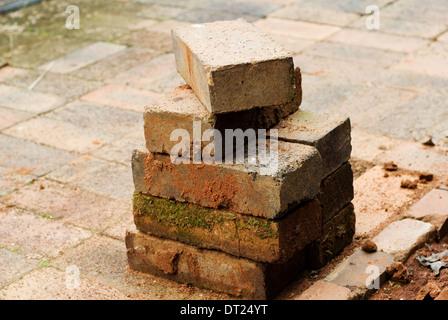 Haufen oder Stapel verwendet von alten Ziegeln auf Pflaster. - Stockfoto