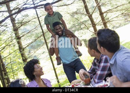 Ein kleiner Junge sitzt auf seines Vaters Schultern - Stockfoto