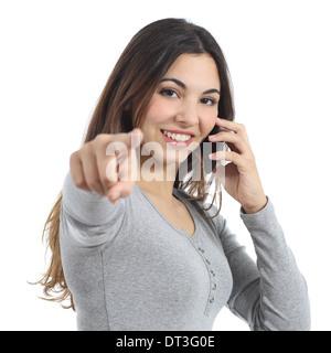 Frau zeigt auf Kamera anrufen auf dem Mobiltelefon isoliert auf weißem Hintergrund - Stockfoto