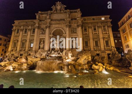 Fontana Di Trevi in der Nacht, Rom, Italien. - Stockfoto