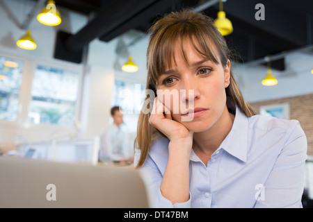 Weibliche Geschäft müde Schreibtisch-computer - Stockfoto