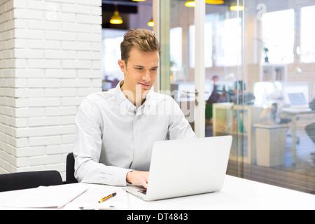 Männliche Existenzgründung Computer Schreibtisch - Stockfoto