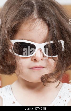 Kleines Mädchen mit Sonnenbrille - Stockfoto