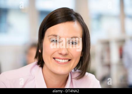 Weibliche Business Desk Job Smiley - Stockfoto