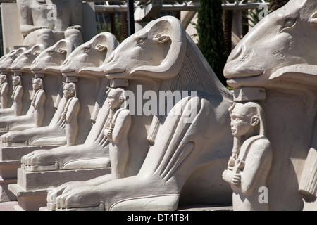 Luxor Hotel in Las Vegas mit Nachbildungen von der Sphinx, Pyramiden und andere ägyptische Symbole, befindet sich - Stockfoto