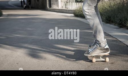 Junger Mann befreit skateboard - Stockfoto