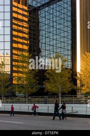 Frühen Sonnenaufgang leuchtet moderne Gebäude in der Innenstadt von Denver, Colorado, USA - Stockfoto
