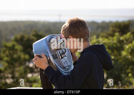 Junge mit Münzeinwurf Fernglas - Stockfoto