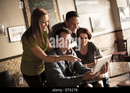 Blick auf digital-Tablette in Weinbar Freunde - Stockfoto