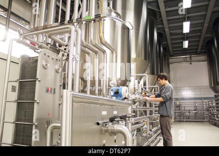 Mann arbeitet in Brauerei - Stockfoto