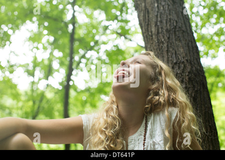 Teenager-Mädchen Lachen im Wald - Stockfoto