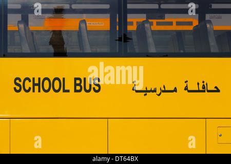 Vereinigte Arabische Emirate, Naher Osten: Eine Nahaufnahme von einem gelben arabischen Schulbus - Stockfoto