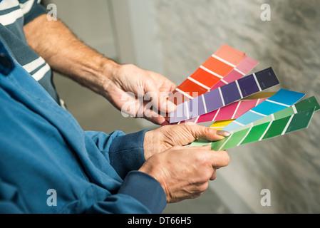 Händen der älteres Paar hält Farbe Diagramme - Stockfoto
