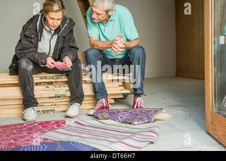 Älteres paar Entscheidung auf Tapete - Stockfoto