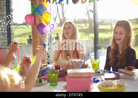 Vier Mädchen im Teenageralter mit Bläschen auf Geburtstagsparty feiern - Stockfoto