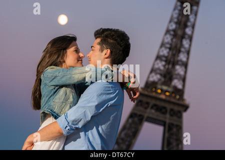 Junges Paar umarmt im Mondlicht, Paris, Frankreich - Stockfoto