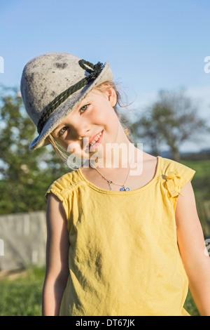 Porträt des jungen Mädchens in alpine Hut - Stockfoto