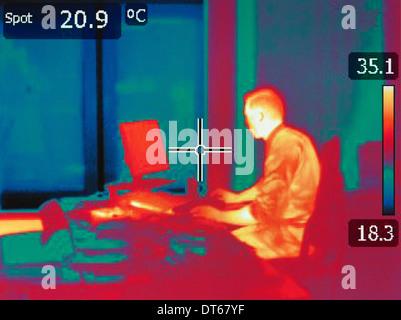 Infrarot-Wärme Bild der Büroangestellte sitzen am Schreibtisch - Stockfoto
