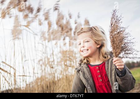 Junges Mädchen sammeln Sumpf Gräser - Stockfoto