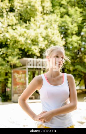 Junge weibliche Basketball-Spieler eine Pause im park - Stockfoto