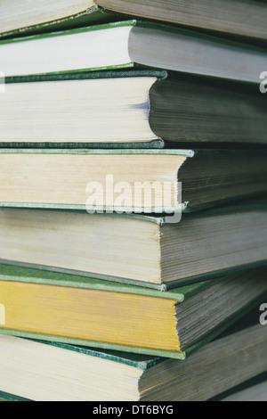 Ein Stapel von alten schwer decken Bücher mit abgenutzten Kanten und Papier, das gebeizt oder vergilbte mit Alter und Gebrauch ist. Stockfoto