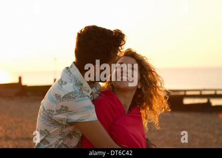 Junges Paar gewickelt Handtuch am Strand - Stockfoto