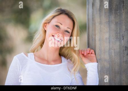 Porträt von blonde Frau trägt weißes top - Stockfoto